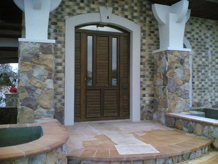 Входная дверь в коттедж